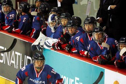 El equipo unificado coreano de hockey sobre hielo disputa un histórico partido