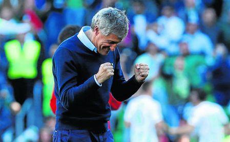 Setién, que celebra arriba uno de los dos goles de Loren, quedó satisfecho con su ´revolución´.