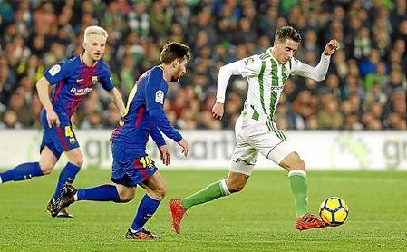 Tello conduce el balón ante la presión de Messi.