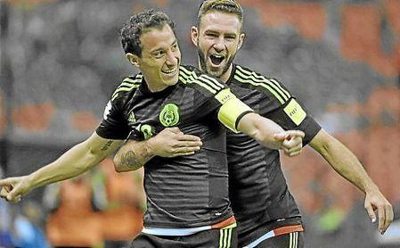 Guardado y Layún celebran un gol con la selección de México.