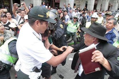 Seguidores del Wanderers y peruanos se pelean en plaza de Armas de Arequipa