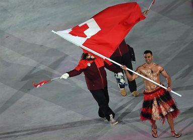 El abanderado de Tonga sorprende al desfilar con el torso desnudo a bajo cero