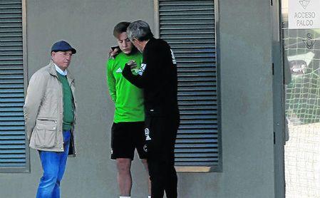 Serra Ferrer y Quique Setién, que dialogan con Francis arriba durante una sesión de entrenamiento, ven al de Coín como un emergente lateral derecho, aunque debe seguir mejorando.