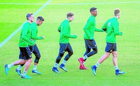 Fabián, Rafa Navarro, Francis, Junior y Loren, en un entrenamiento del Betis.