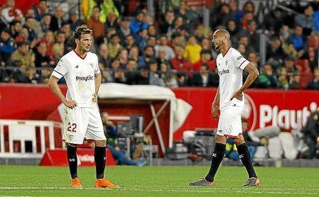 Franco Vázquez y Nzonzi, cabizbajos en el Sevilla-Atlético.