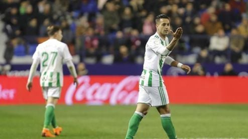 Sergio León agradece a Adán su pase de gol.