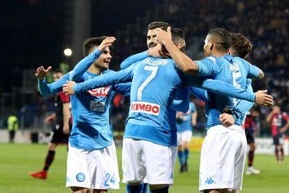 El Nápoles arrolla 5-0 al Cagliari y se escapa en lo más alto de la Serie A