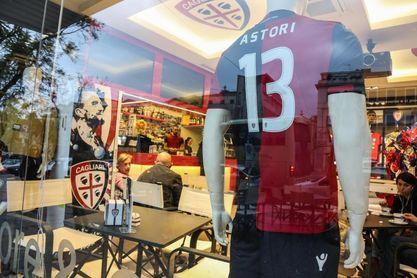 Fiorentina y Cagliari retiran el número 13 en honor a Astori