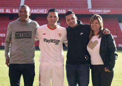 Guilherme Arana, junto a su hermano Gustavo y sus padres el día de su presentación con el Sevilla.