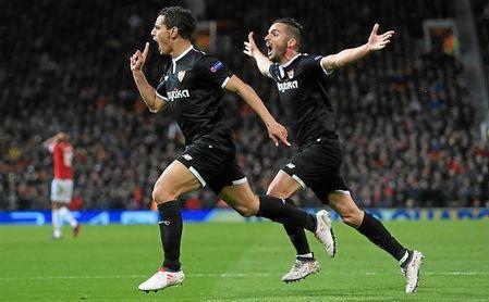 Ben Yedder celebra el primero de sus dos goles al United junto con Sarabia.