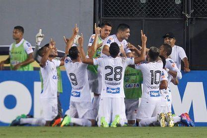 Santos está obligado a vencer a un Nacional que sabe sacar puntos en Brasil