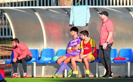 Fede Jurado (derecha, de pie) atento a las evoluciones de sus jugadores durante un encuentro.
