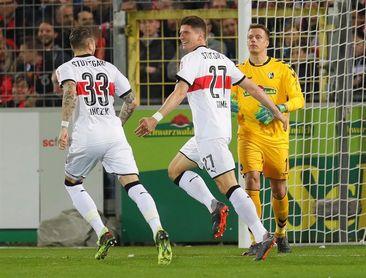 Un doblete de Mario Gómez permite al Stuttgart seguir soñando con Europa