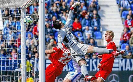 Sergio Rico intenta alcanzar el balón del primer gol del Leganés.
