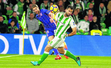 El serbio Darko Brasanac centra un balón ante la presión de Jordi Amat en el Betis-Leganés.