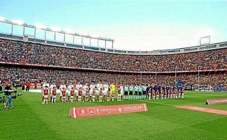Sevilla y Barcelona, sobre el césped del Vicente Calderón, antes de la final de 2016.