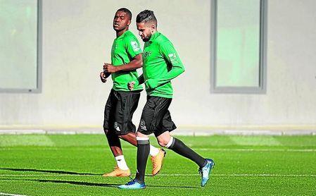 Campbell realiza carrera continua junto a Boudebouz durante un entrenamiento.