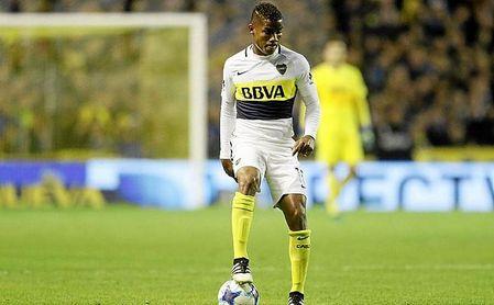 Wilmar Barrios controla un balón durante un partido de su actual equipo, en Boca Juniors.