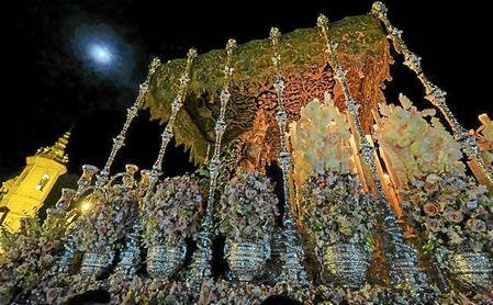 Imagen del palio de la Esperanza de Triana durante la Madrugá.