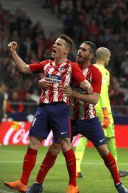 Un gol de penalti de Gameiro da ventaja al Atlético al descanso (1-0)