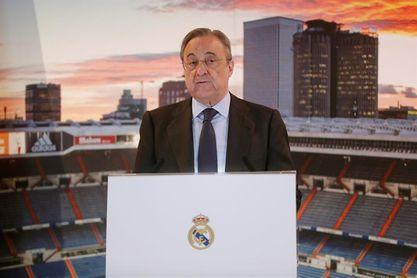 Florentino Pérez saluda y se hace fotos con aficionados en su hotel de Turín