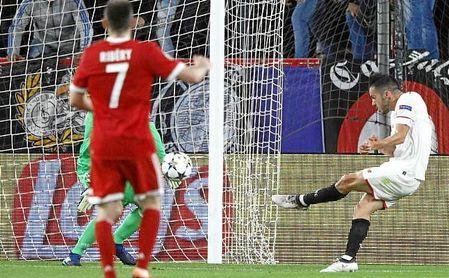 Sarabia dispara para hacer el gol del Sevilla.