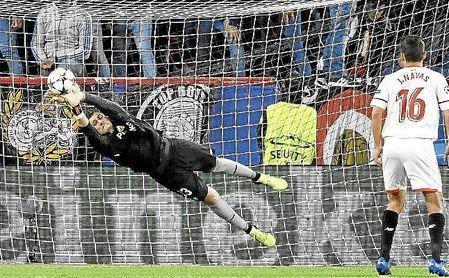 David Soria, en una estirada en el partido ante el Bayern.