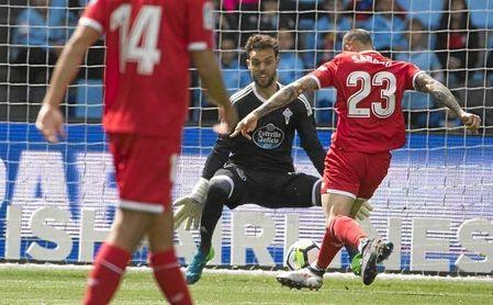 Sandro remata a puerta en la primera ocasión del partido.