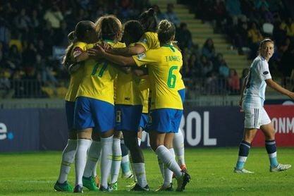 Brasil pavimenta a punta de goles su ruta hacia el título