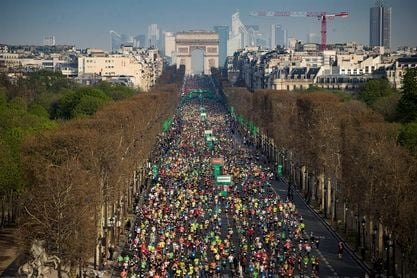 Los kenianos Paul Lonyangata y Betsy Saina ganan el maratón de París