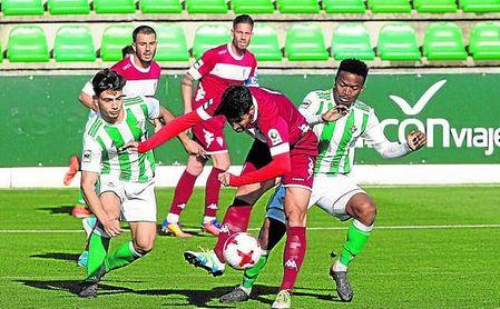 Un lance del encuentro entre el Betis Deportivo y el San Fernando, que sólo reportó un punto.