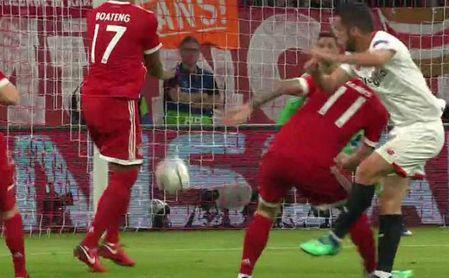 El Sevilla reclamó penalti por mano de Boateng