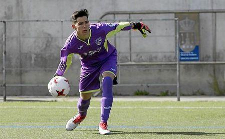 Alejandro Daza, de quince años, debutó en Tercera con la elástica del Alcalá el pasado domingo.