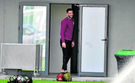 Adán observa un entrenamiento del Betis tras ser operado.