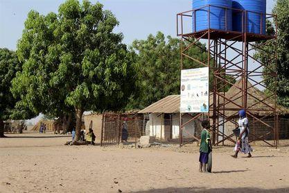 El agua fluye en Gambia un año después del derbi asturiano en