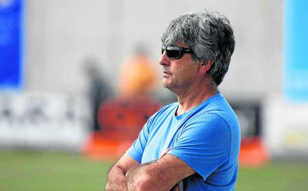 José Luis Durán ´Selu´, entrenador del Alcalá, atento a las evoluciones de sus futbolistas.
