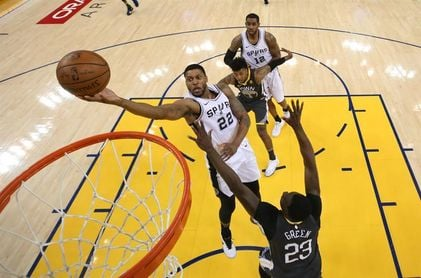 Wade recuerda viejos tiempos ante jóvenes de Sixers; Warriors dominan a Spurs