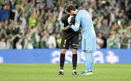 Dani Giménez consuela a Lizoain tras el final del partido.