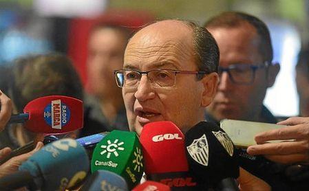 La afición del Sevilla reprocha al equipo la imagen dada y pide la dimisión del presidente