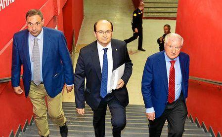 El presidente Pepe Castro, camino de la sala de prensa.