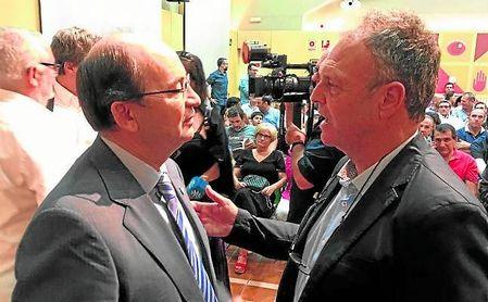 José Castro y Joaquín Caparrós dialogan durante un acto en una imagen de archivo.