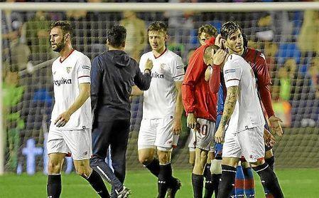 Los jugadores del Sevilla tras la derrota ante el Levante.