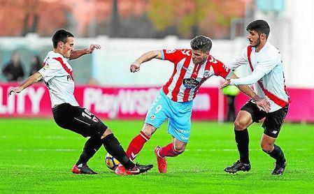 Borja San Emeterio, a la izquierda, regresará al lateral zurdo ante las bajas de Matos y Álex Muñoz.