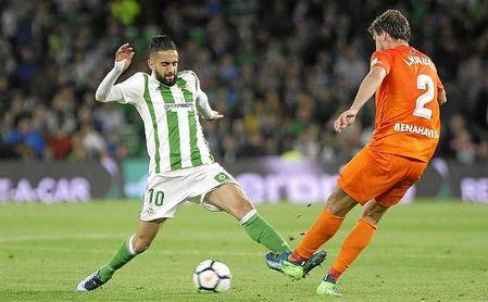 Boudebouz presiona a Ignasi Miquel en un lance del partido de anoche.