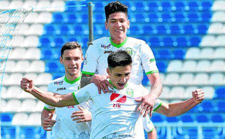 Carrascal celebra uno de sus goles con el exsevillista Shved, también en el Karpaty.
