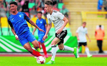 Saliba en un partido con la sub 17 francesa ante Alemania.