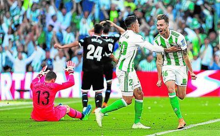 Loren celebra el gol del empate del Betis en el derbi ante el Sevilla del Villamarín.