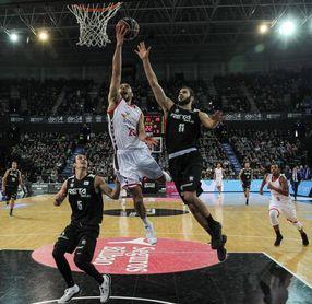El Bilbao Basket cierra en Burgos su nefasta temporada y su ciclo en la ACB