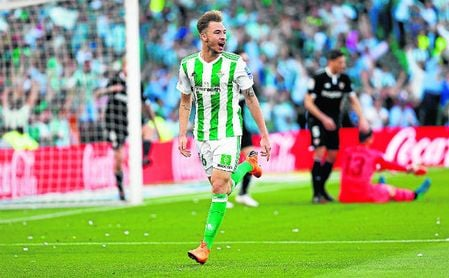 Loren Morón celebra un gol.