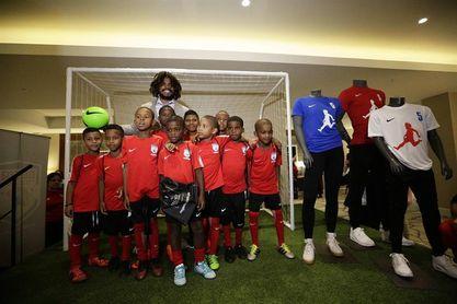 Román Torres presenta en Panamá su academia de fútbol para niños